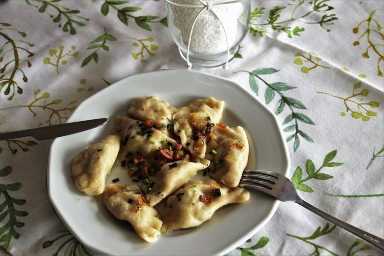 Pierogi w Toruniu zjeść można w wielu wersjach. Lokale oferują tradycyjne polskie pierogi z mięsem czy białym serem, ale i wschodnie manty na parze,