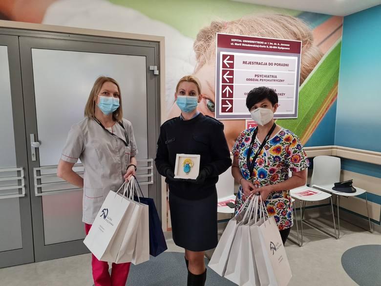 Na zdjęciu  od lewej:Katarzyna Niedzwiec,  nauczyciel ZS nr 33 w Bydgoszczy,  ppor. Violetta Kamińska z ZK w Koronowie i Dorota Wiśniewska, oddziałowa