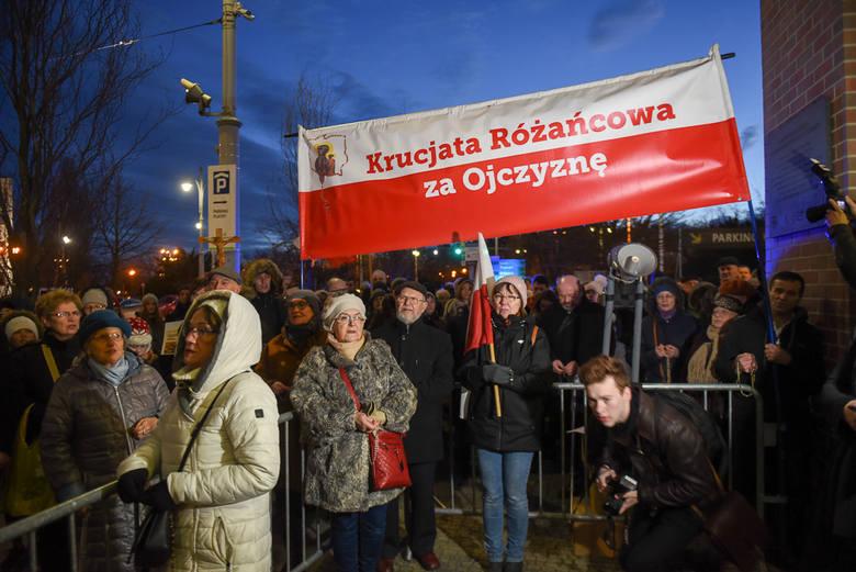 """Pod Centrum Sztuki Współczesnej w Toruniu zebrali się dziś (8.03) wierni, którzy odmawiali modlitwy przeciw rzekomemu """"aktowi poddania Polski"""