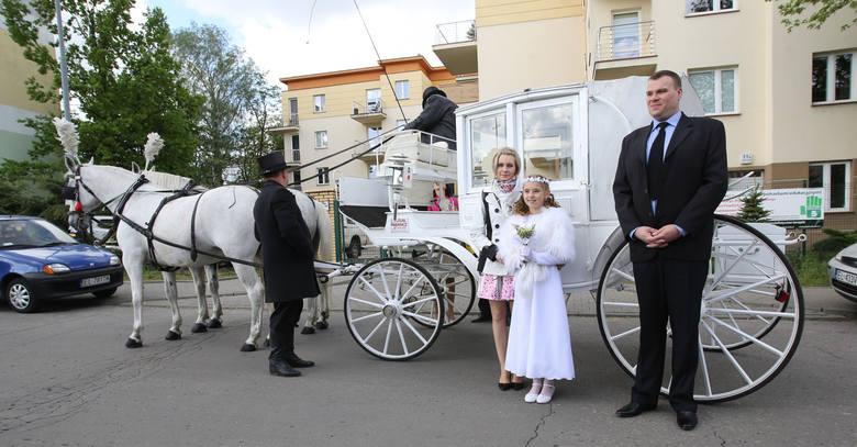 Pierwsza komunia w Łodzi. Na zdjęciu Dagmara w towarzystwie mamy Agnieszki, siostry Oliwi i matki chrzestnej.