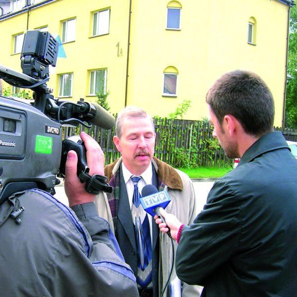 O problemach mieszkańców z budową masztu na terenie stadionu opowiada przed kamerą Dariusz Skowroński