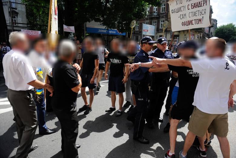 Jeden z organizatorów marszu, idący na czele pochodu, miał na sobie czerwono - czarną koszulkę. Młodzi ludzie zablokowali kolumnę marszową. Doszło do przepychanek. Ktoś organizatorowi marszu podarł koszulkę.<br />