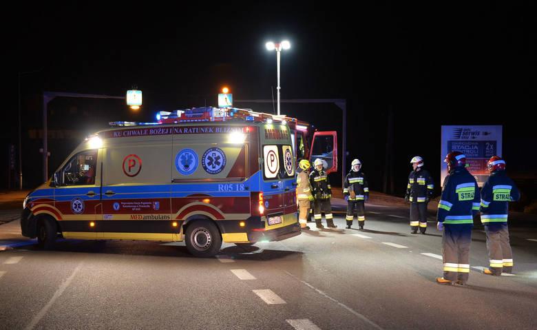 W niedzielę przed godz. 4 służby ratunkowe otrzymały zgłoszenie, że kierujący ukraińskim busem potrącił pieszego na przejściu dla pieszych, na drodze