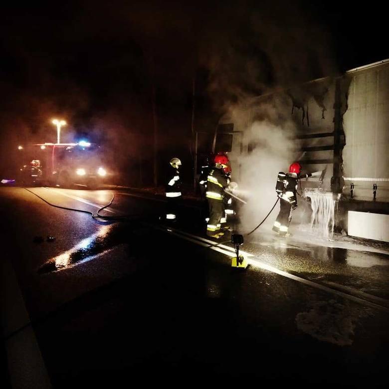 W środę późnym wieczorem , sławieńscy strażacy zostali zadysponowani do gaszenia ciężarówki, która stanęła w ogniu na drodze krajowej nr 6 w miejscowości