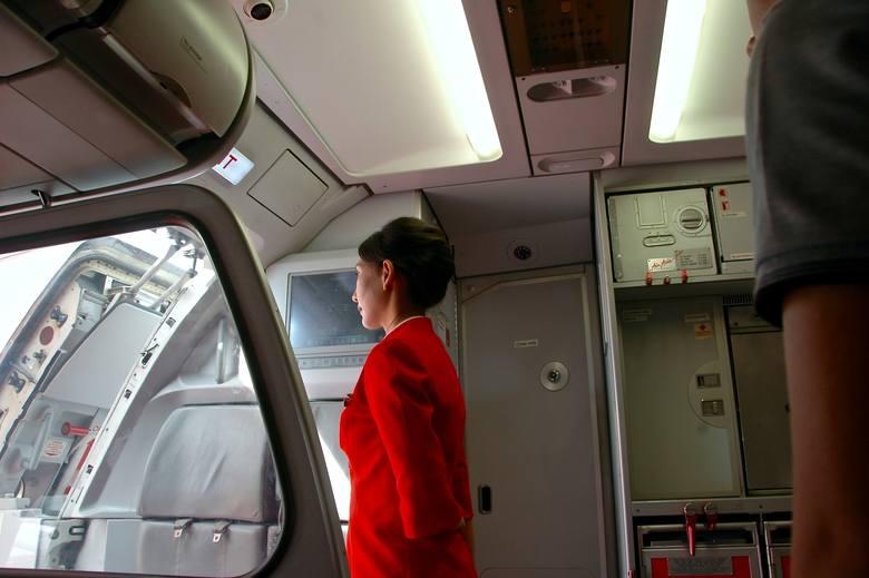 FAKTY I MITY o pracy stewardess. Czy praca w chmurach to bajka?