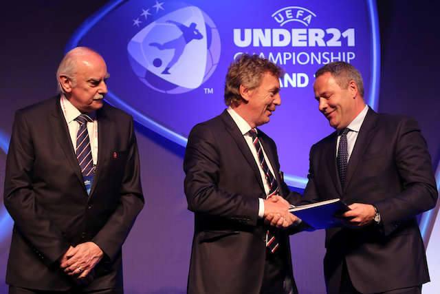 Prezydent Rafał Bruski (z prawej) odbiera z rąk Zbigniewa Bońka, prezesa PZPN dokument dot. organizacji Euro U'21. Z lewej bydgoszczanin Eugeniusz Nowak,