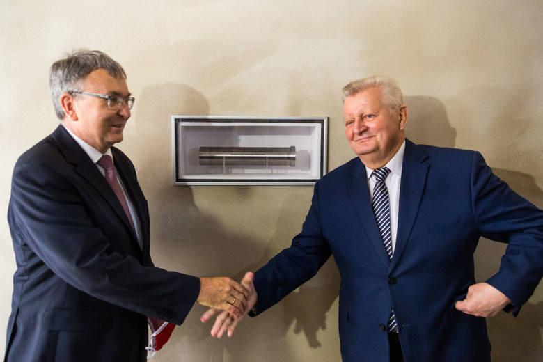 Dziekan WFiIS prof. Janusz Wolny oraz rektor AGH prof. Tadeusz Słomka przy akcie erekcyjnym pod budowę nowego pawilonu D-7