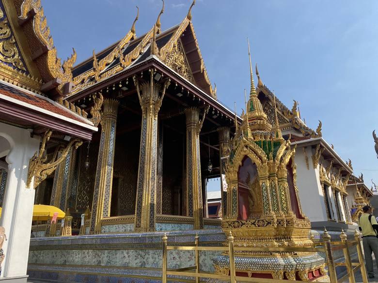 Obowiązkowy dress codeInnym ważnym zabytkiem miasta jest Wielki Pałac Królewski. To potężny kompleks budynków, które niegdyś były rezydencją króla Tajlandii.