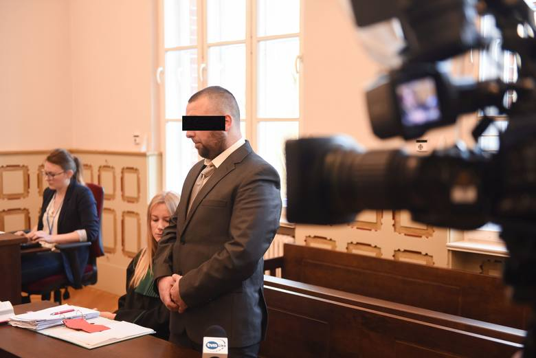 Rozpoczął się proces Bartosza D., oskarżonego o skatowanie psa Fijo. 30-latek nie przyznaje się do winy i twierdzi, że tylko upadł na psa. Sam czuje