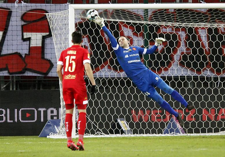 Jakub Wrąbel 2Tym razem nie zdołał uchronić swoje drużyny przed ligową wpadką. Dwa gole wpuścił po rzutach karnych wykonywanych przez rywala. Chyba jego