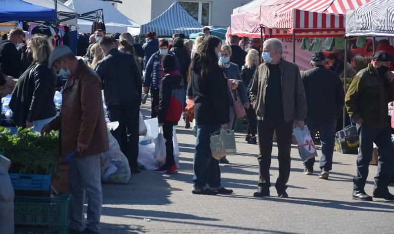 Ogromne tłumy w niedzielę (9 maja) na targu w Wierzbicy. Było mnóstwo sprzedających jak i handlujących. Nie było, gdzie postawić samochodu. Dopisała