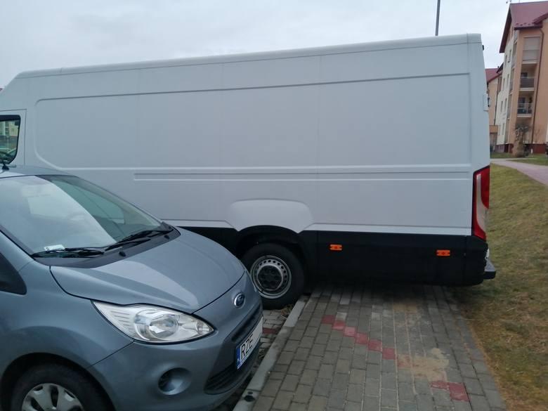 Zobacz najnowsze wyczyny mistrzów parkowania w Rzeszowie. Chociaż wiele wykroczeń ma miejsce w tych samych miejscach, co poprzednio, kierowcy nie zwalniają