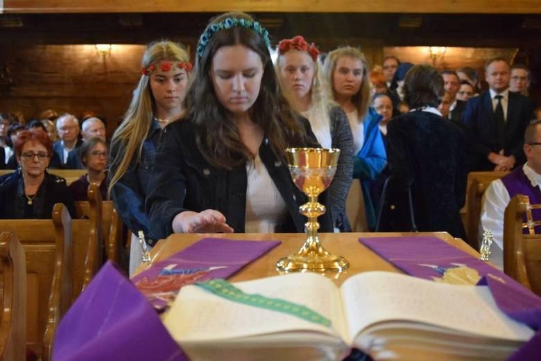 W piątek w Parzynowie odbył się pogrzeb ks. Dariusza Kowalka, który zginął w wypadku samochodowym. Duchownego żegnały tłumy wiernych.-->