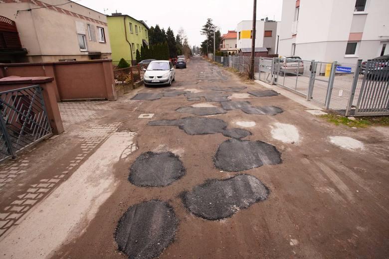 Niecodzienny sposób na łatanie dziur w Poznaniu. Jedna z mieszkanek ul. Marii Wicherkiewicz zwróciła uwagę, że dziury w drodze gruntowej zostały załatane