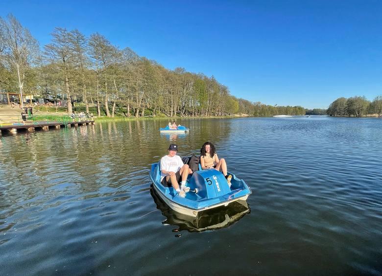 Wysokie temperatury przyciągnęły tłumy szukających ochłody nad jezioro w Kłodawie