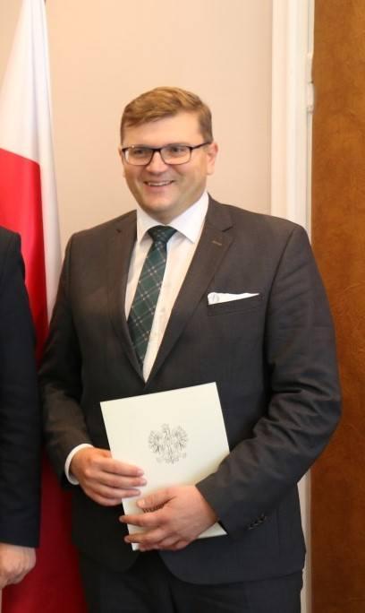 Dr n. med. Rafał Sapuła jest wojewódzkim konsultantem w dziedzinie rehabilitacji medycznej. Obecnie kieruje Zamojską Kliniką Rehabilitacji Wyższej Szkoły