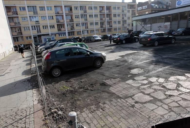Pusty plac po Barze Extra został zamieniony na parking. Nie widać go od strony al. Niepodległości, ale już od strony Tkackiej widok do reprezentacyjnych