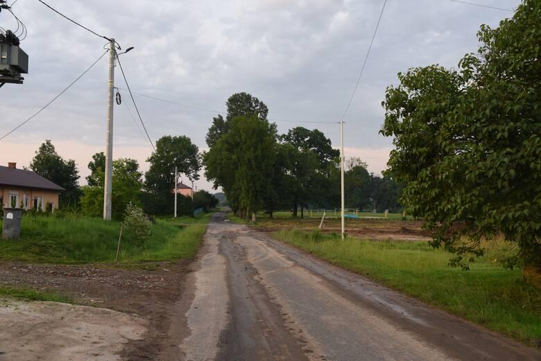 Dzięki rozbudowie drogi będzie dobry dojazd do stadionu i świetlicy - przekonuje gmina