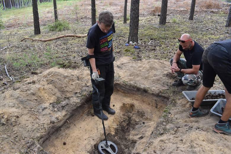 Szczątki kobiety zostały znalezione w lesie koło Dachowa (gm. Bobrowice).