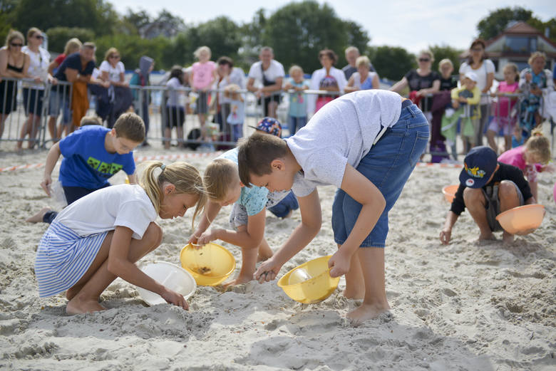 Już po raz dziewiętnasty na plaży w Ustce odbyły się mistrzostwa w wypłukiwaniu bursztynu. W zabawie mogli wziąć udział zarówno dorośli, jak i dzieci.