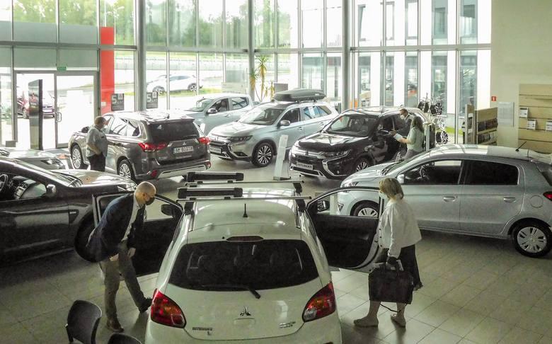 Nabywcy z ulgą wracają na sprawdzone przez dekady ścieżki zakupu samochodów i do zaufanych sprzedawców