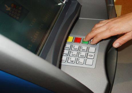 Najczęstszą metodą skimmingu jest instalowanie na bankomatach, tzw. nakładek skimmingowych.