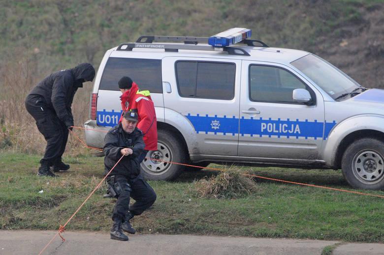 We wtorek policjanci oraz ekipa Krzysztofa Rutkowskiego znów przeszukiwali Wartę