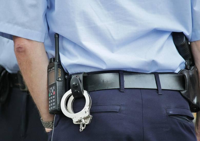 40 - latek z Kołobrzegu odpowie za grożenie bronią. Usłyszał już zarzut, grozi mu do 3 lat pozbawienia wolności
