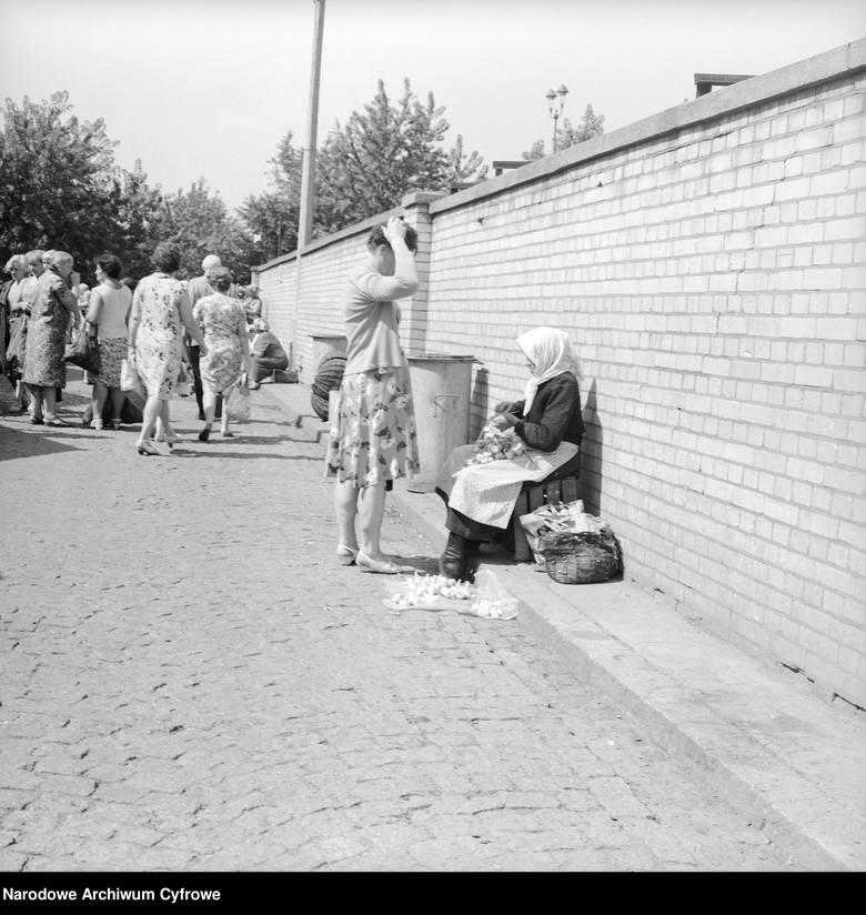Staruszka handlująca czosnkiemWidok na bazar. Na pierwszym planie widać staruszkę handlującą czosnkiem. Na drugim planie widać grupę kobiet.Fot. 1967