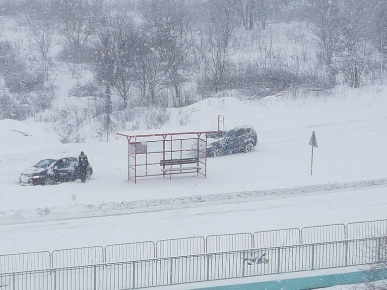 Śnieg nie przestaje padać od kilku godzin. Ulice i drogi stały się nieprzejezdne, a chodniki toną w kilkumetrowych zaspach. Samochody przysypane są grubą