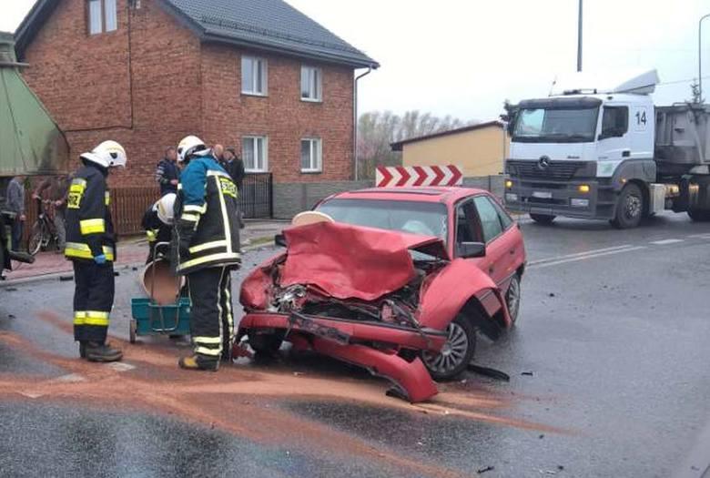 Do wypadku doszło dzisiaj rano o godz. 7.20. Na drodze krajowej nr 42 w Strojcu (gmina Praszka) opel astra zderzył się z ciężarowym mercedesem. Ze wstępnych