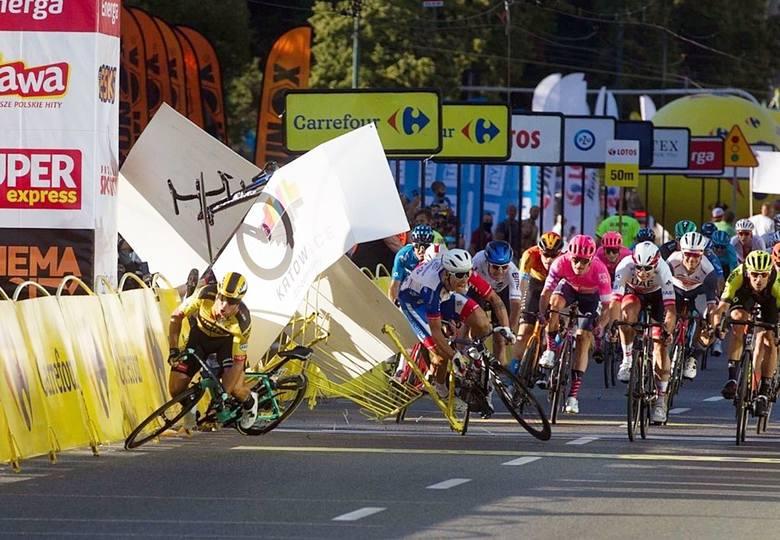 Tour de Pologne 2020. Wypadek w Katowicach pod Spodkiem.Zobacz kolejne zdjęcia. Przesuwaj zdjęcia w prawo - naciśnij strzałkę lub przycisk NASTĘPNE