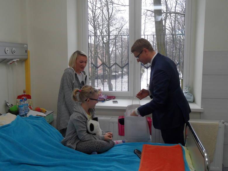Prezydent Krzysztof Matyjaszczyk odwiedził dzisiaj najmłodszych pacjentów Miejskiego Szpitala Zespolonego, na oddziale pediatrii lecznicy przy ulicy