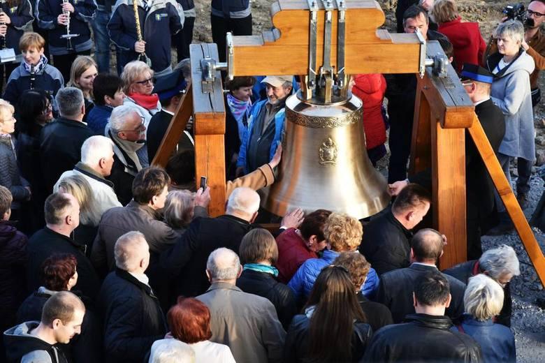 Na odsłonięcie Dzwonu Miłosierdzia przybyło wielu mieszkańców