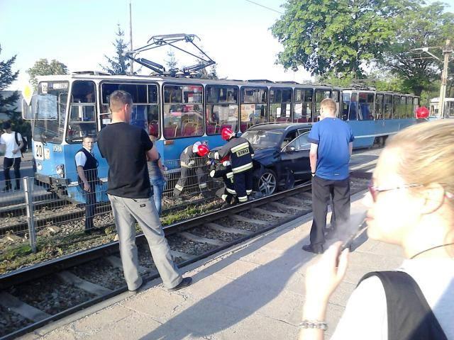 Wypadek przy ul. Kosmonautów. Mercedes zderzył się z tramwajem linii 20 - 11.05.2016
