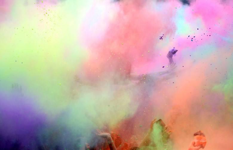 Festiwal Kolorów w strugach deszczu