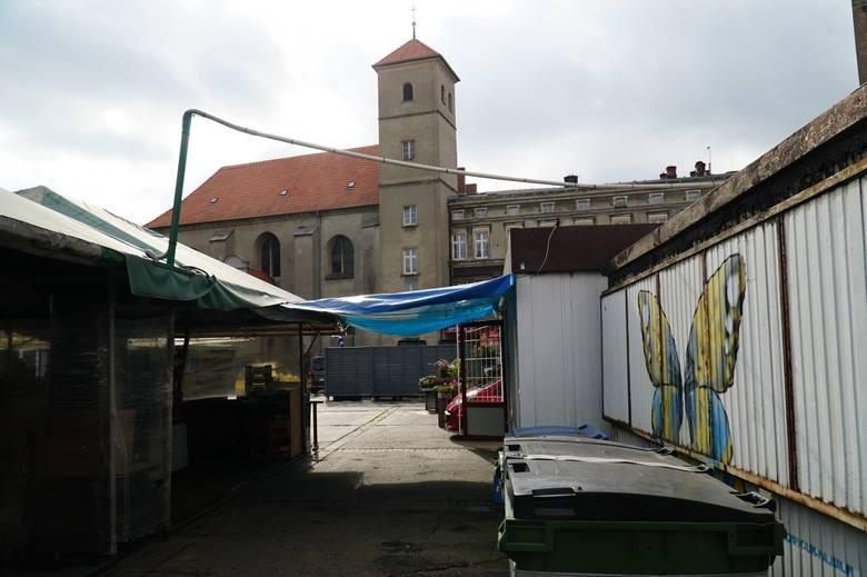 Choć od wyprowadzenia się Zielonego Targu nie minęły jeszcze dwa miesiące, w tym tygodniu Targowiska poinformowały, że na pl. Bernardyńskim w soboty będzie odbywać się Ekologiczny Targ Bernardyński.