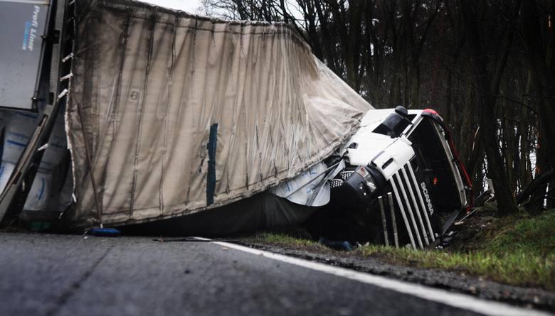 Przewrócony tir na trasie S10 w CierpicachPrzewrócony tir na trasie S10 w Cierpicach