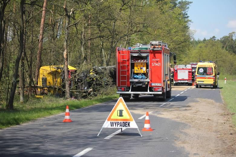 Do zdarzenia doszło z nieustalonych jeszcze powodów. W przydrożnym rowie wylądowała ciężarówka przewożąca ładunek ściętych pni drzew.Pogoda na dzień