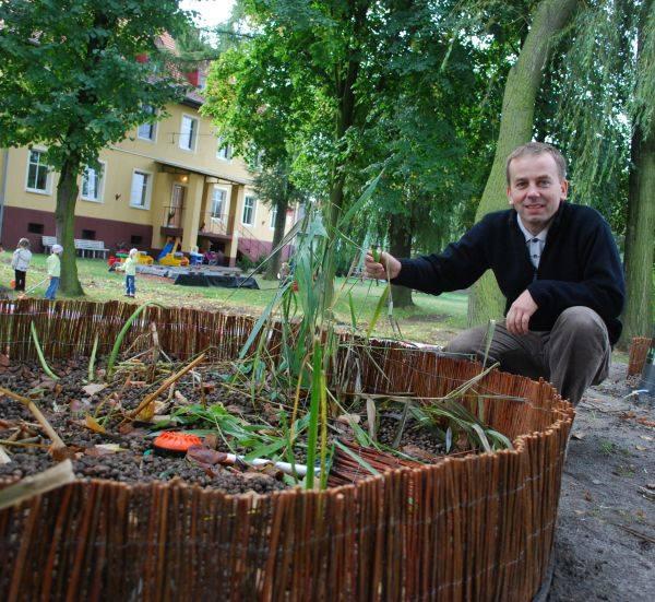 - Kiedy posadzimy tu drzewka i krzewy, nikt się nie domyśli, że pod ich korzeniami czyszczone są ścieki - mówi Zbigniew Bahryj z urzędu gminy w Tarnowie