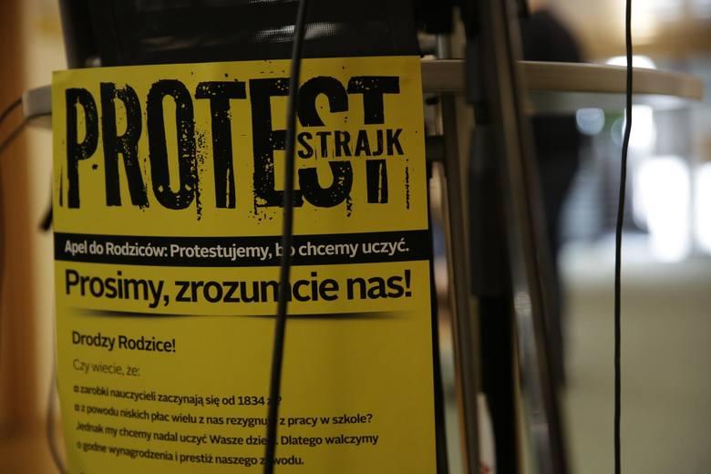 Podczas gdy nauczyciele w całej Polsce przygotowują się do strajku, dyrektorzy szkół myślą o tym, jak zapewnić w tym czasie opiekę dzieciom, zaś uczniowie i rodzice zastanawiają się, co będzie z egzaminami, ministerstwo edukacji wciąż nie podejmuje zdecydowanych kroków.