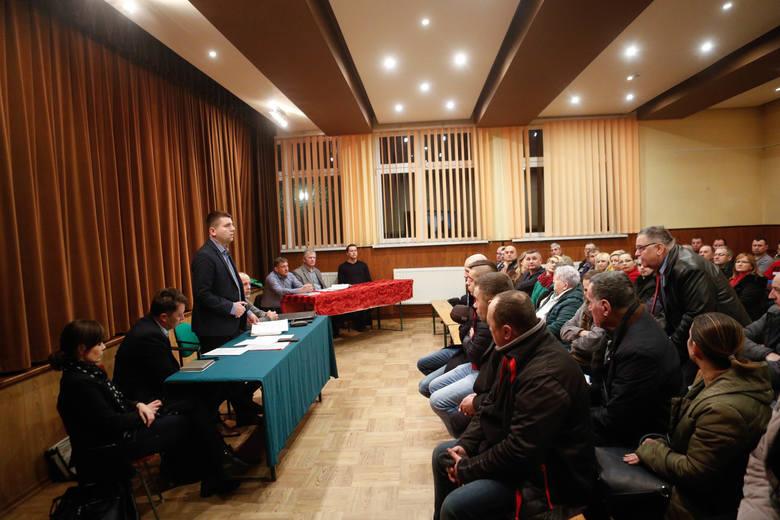 Spotkanie mieszkańców Głuchowa z przedstawicielami Budimexu w sprawie montażu mobilnej wytwórni mas bitumicznych.