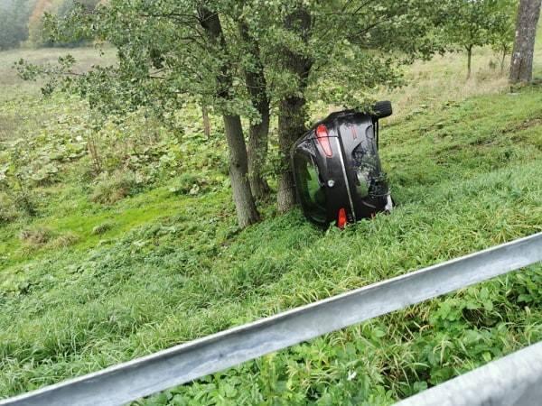 Na drogach w naszym regionie panują trudne warunki do jazdy. Na drodze krajowej nr 11 w pobliżu miejscowości Grzybnica doszło do dachowania samochodu