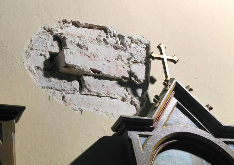 Robotnicy prowadzący przebudowę starego szpitala w Oleśnie uszkodzili zabytkową kaplicę św. Franciszka. Łyżką koparki zrobili niemal dziurę w ściani