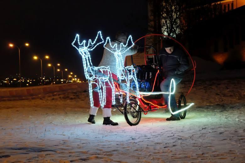 Dwa renifery i sanie z ledowych lampek w ciemności robiły ogromne wrażenie