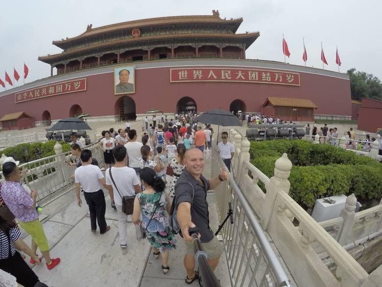 Białostoczanin na Placu Niebiańskiego Spokoju w Pekinie, przed wejściem do zakazanego miasta