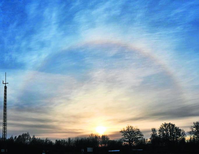 Halo, czyli zjawisko optyczne występujące wokół słońca lub księżyca. To świetlisty, bądź zawierający kolory tęczy pierścień wywołany załamaniem na kryształach lodu.
