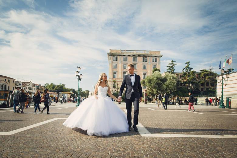 Kasia i Przemek z Bydgoszczy wzięli ślub w Wenecji. Śluby zagraniczne cieszą się coraz większym powodzeniem.Bydgoska agencja ślubna jako jedyna w kraju