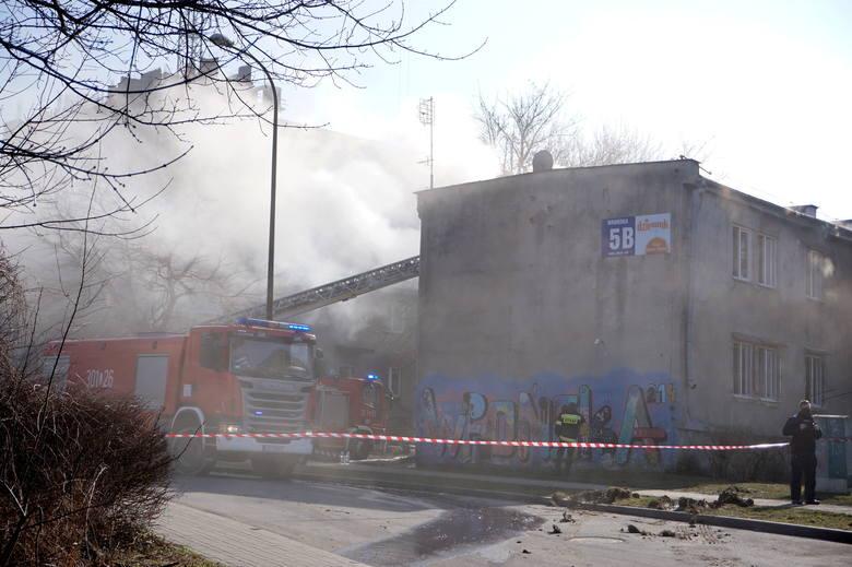 Pożar przy ul. Wrońskiej w Lublinie. Kilka rodzin straciło dach nad głową. Zobacz zdjęcia z akcji