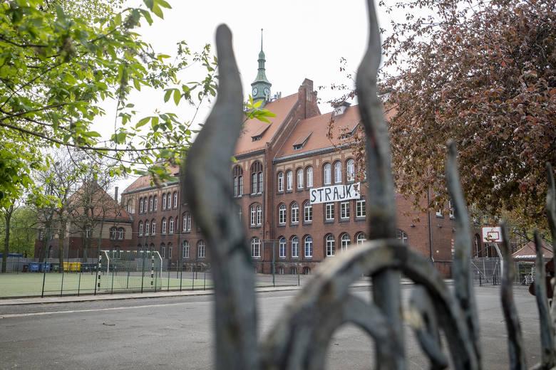 """Przez 100 lat mury """"Marcinka"""" opuściło 13 273 absolwentów. O szkole mówi się, że jest kuźnią lekarzy i prawników. Ale nie tylko! Charakterystyczne mury"""